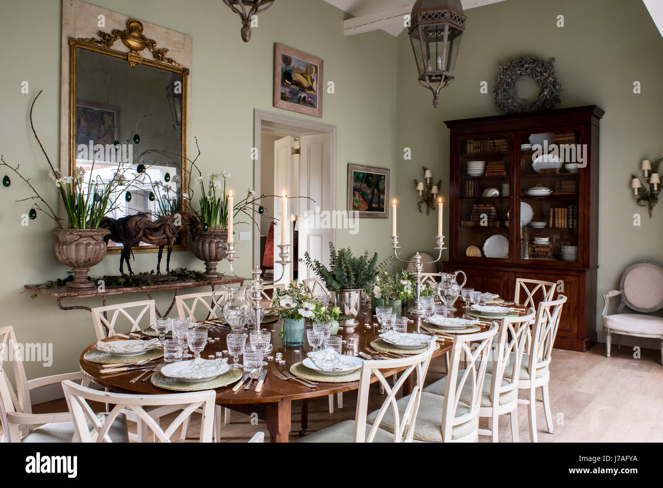 Salle à manger spacieuse. La dix-huitième-siècle acajou table est dressée avec des cristaux et des blocs, des serviettes en lin imprimé. Les chaises sont des anciens de la France un Banque D'Images