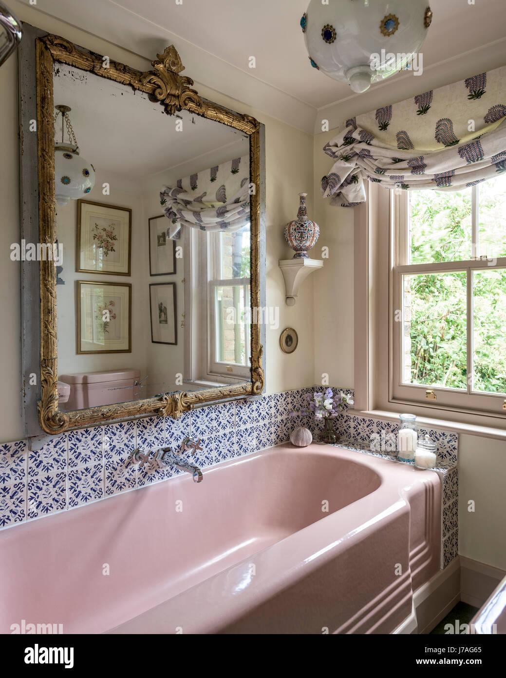 Baignoire en fonte émaillée rose et du bassin dans la salle ...