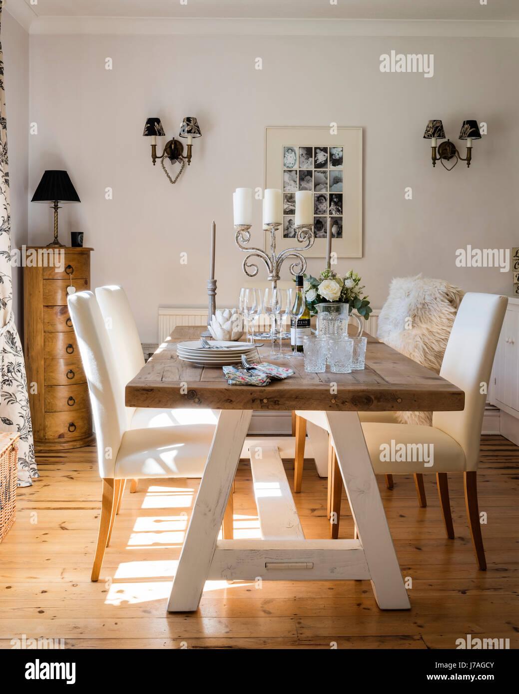 Spacieuse salle à manger avec grande table en bois et de parquet. La ...