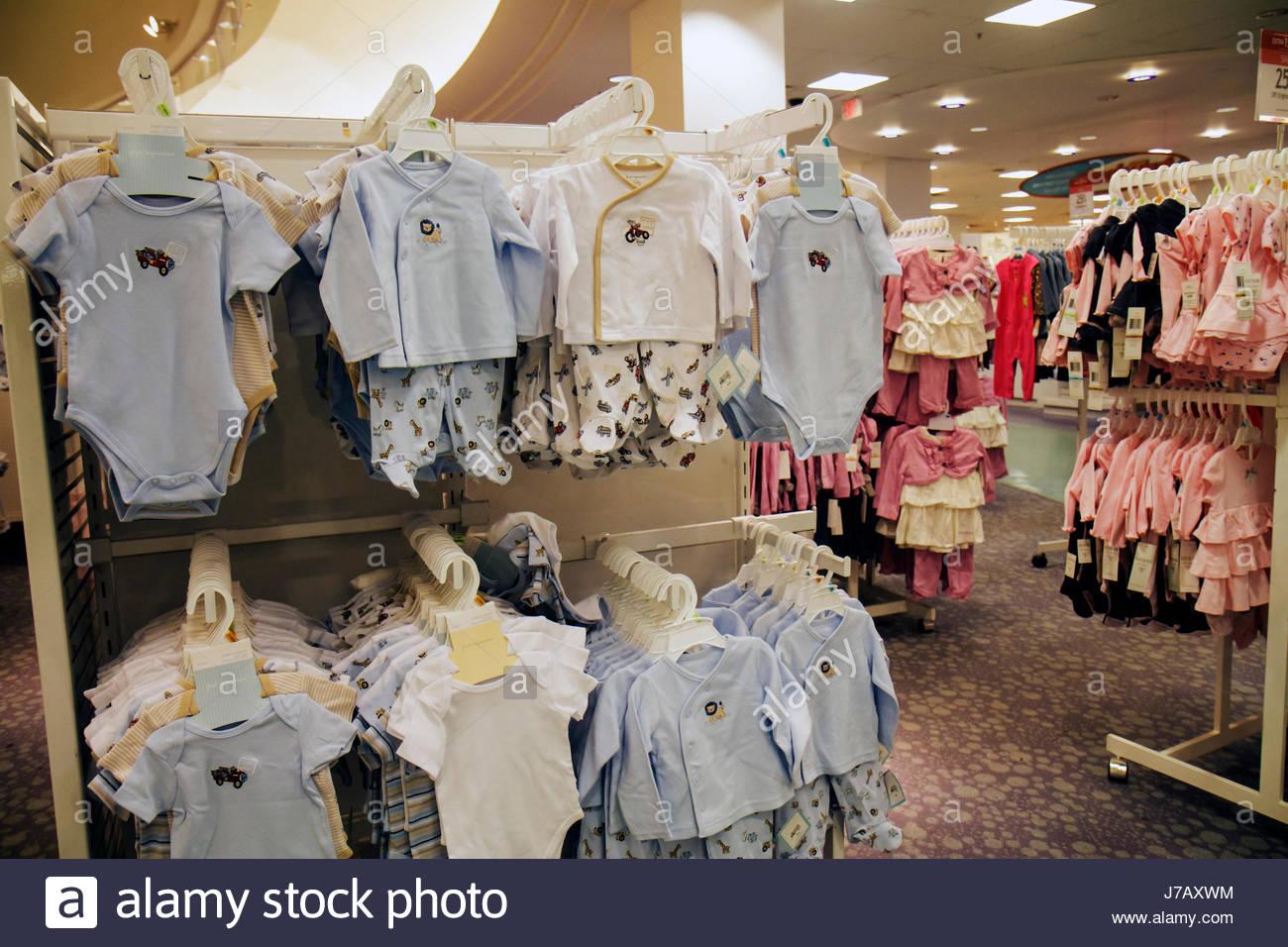 2444ea68266e9 Floride Miami Dadeland Mall shopping de l étalage pour la vente du grand  magasin Macy s vêtements Vêtements pour bébé
