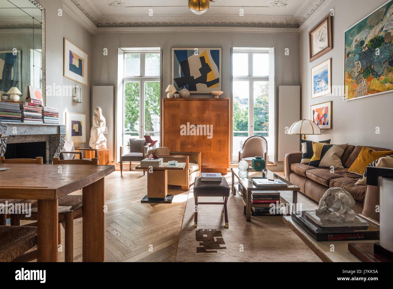Cabinet en bois aux fenêtres de l'appartement avec vue sur le London platanes Photo Stock