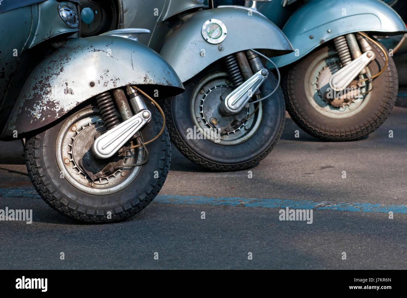 L'Italie, roue avant d'un scooter Vespa Banque D'Images