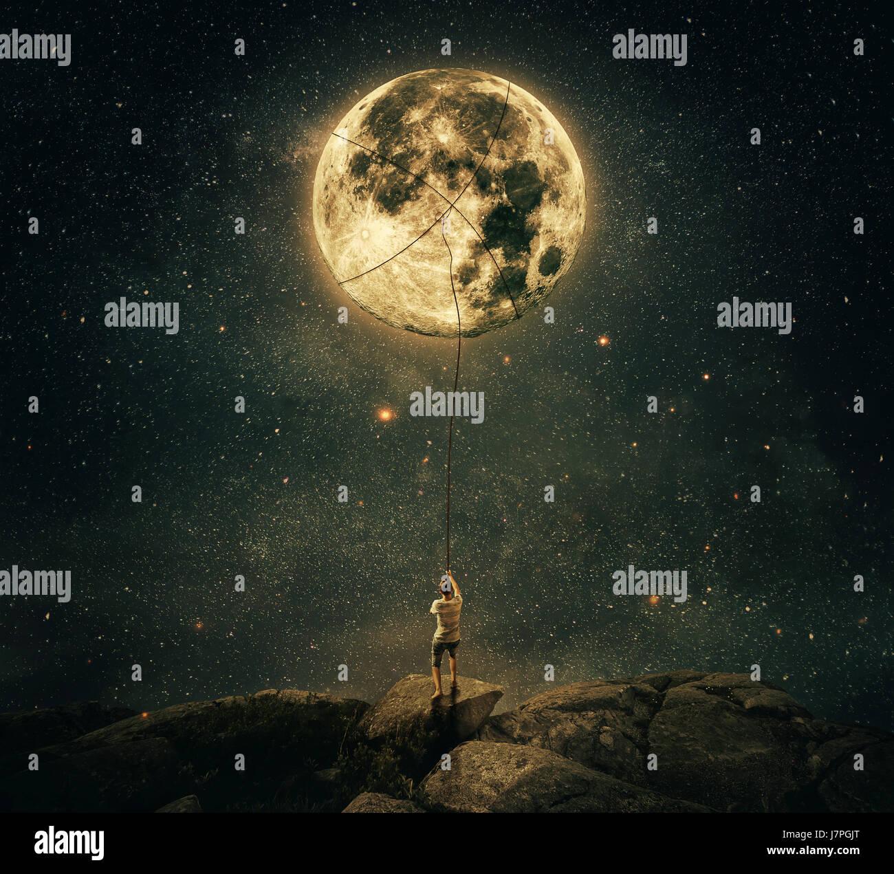 Vue imaginaire comme un jeune homme tenant une corde, essayez d'attraper et tirer la pleine lune du ciel nocturne. Photo Stock