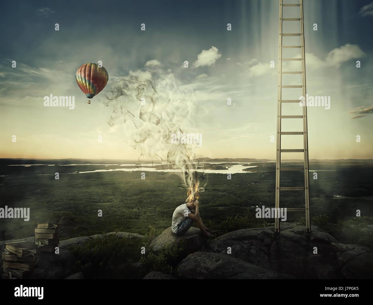 Jeune garçon assis sur le sommet d'une colline près d'une échelle goind dans le ciel et d'une Photo Stock