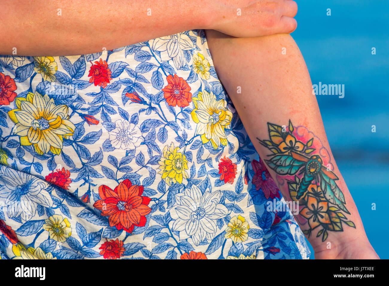 Femme Avec Fleur Tatouage Sur Le Bras Banque D Image Et Photos Alamy