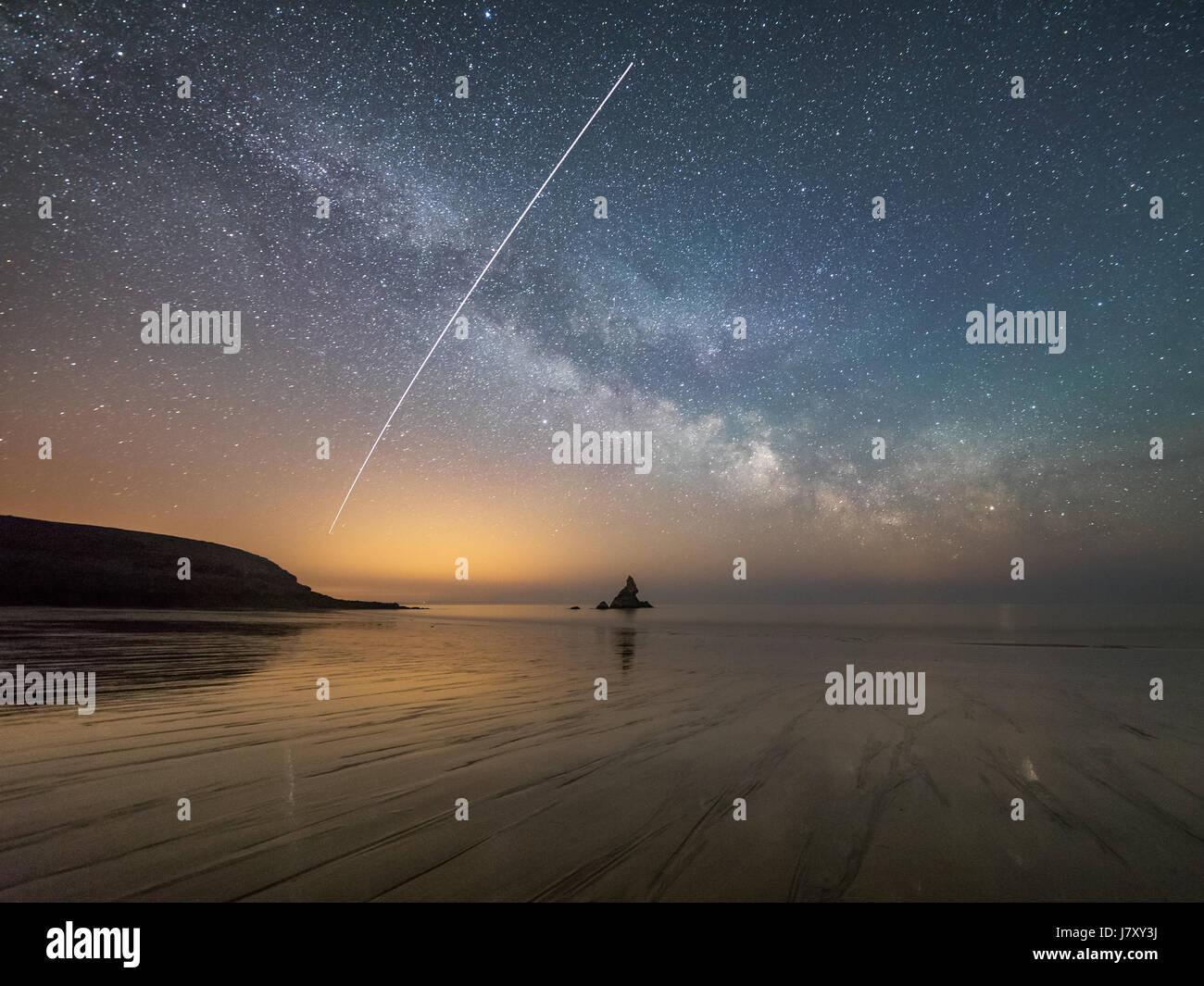 Au-dessus de la plage de Havre large dans Pembrokeshire, Pays de Galles. La Station spatiale internationale (ISS) Photo Stock