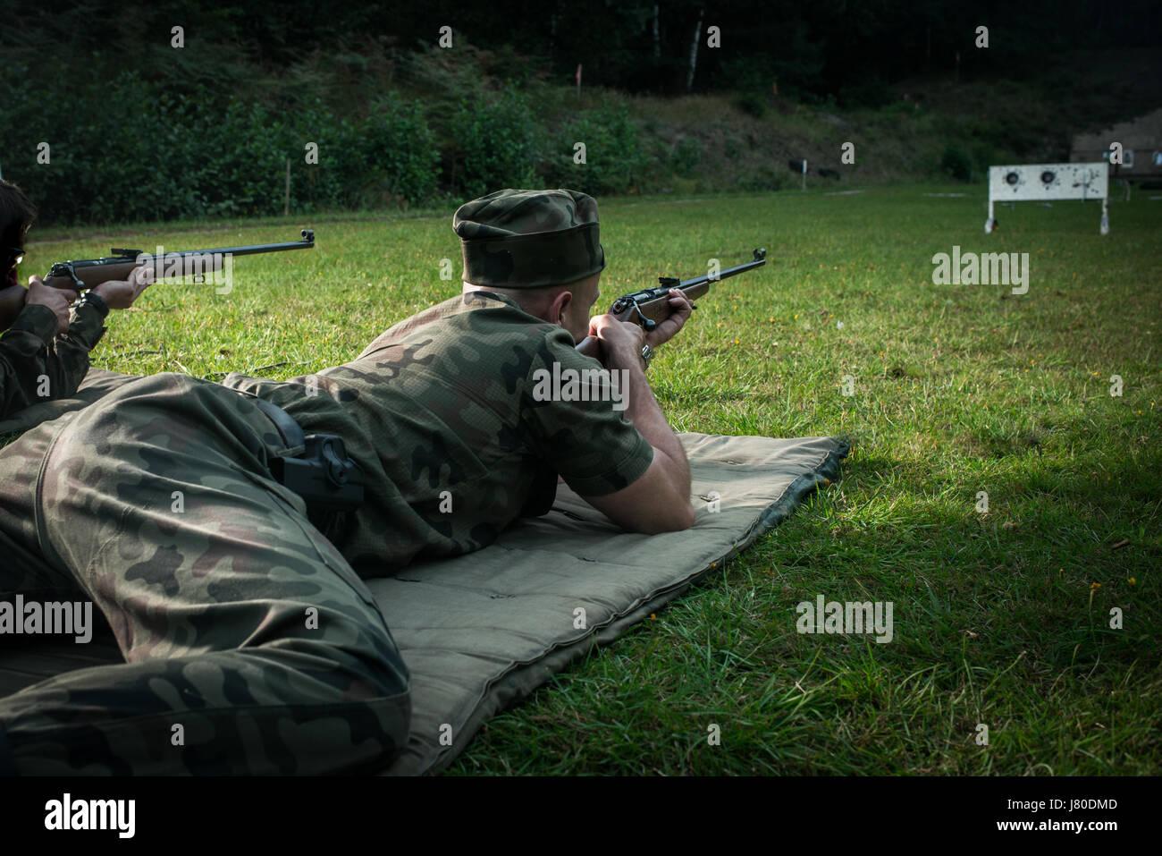 Deux homme sont de tir sur un stand de tir en plein air, selective focus Photo Stock