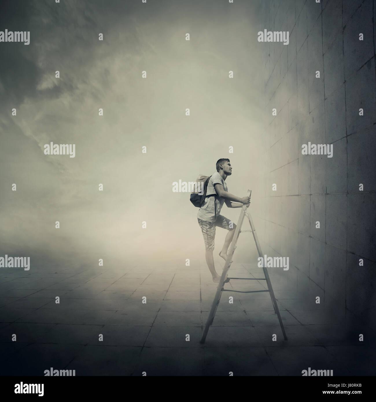 Idée abstraite avec une personne l'escalade d'une échelle, en face d'un mur en béton Photo Stock
