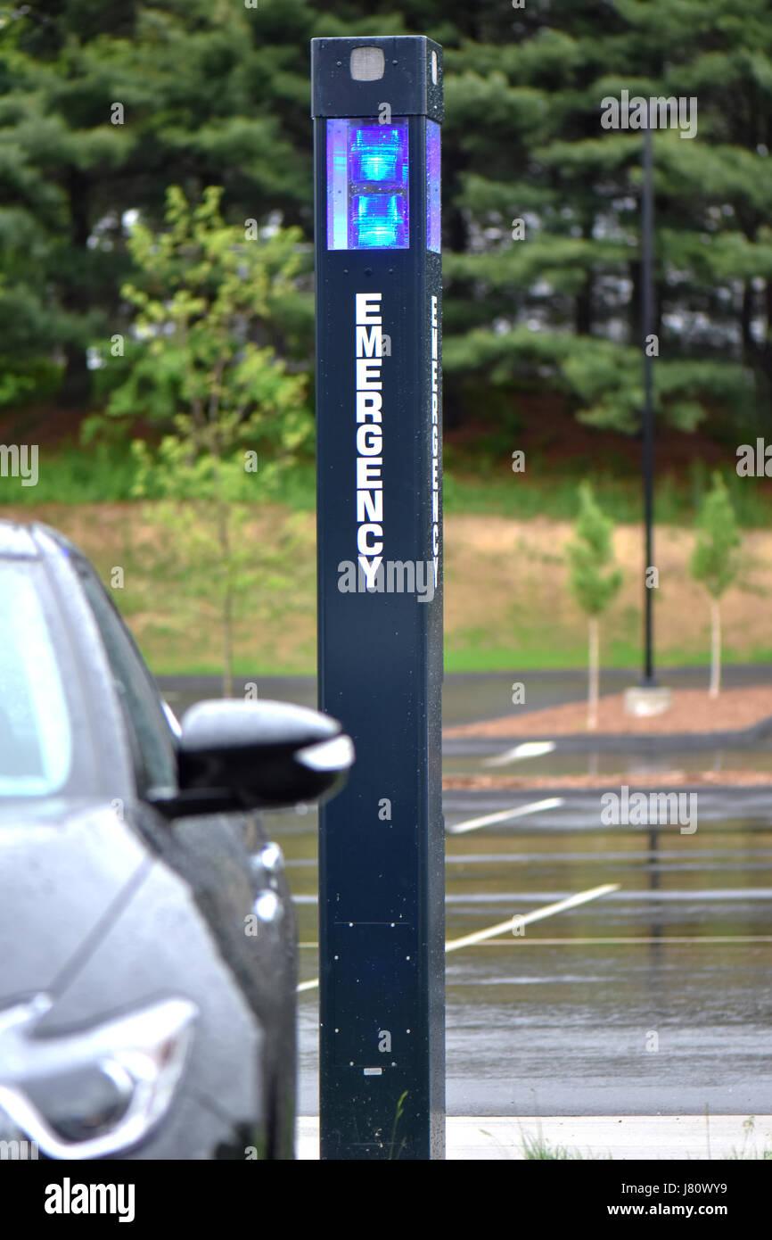 Parking campus héberge lumière bleue pôle pour la sécurité. Photo Stock