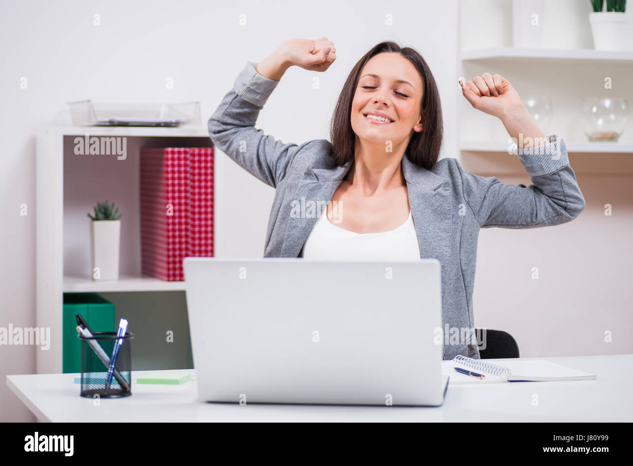 Young businesswoman commence à travailler le matin. Banque D'Images