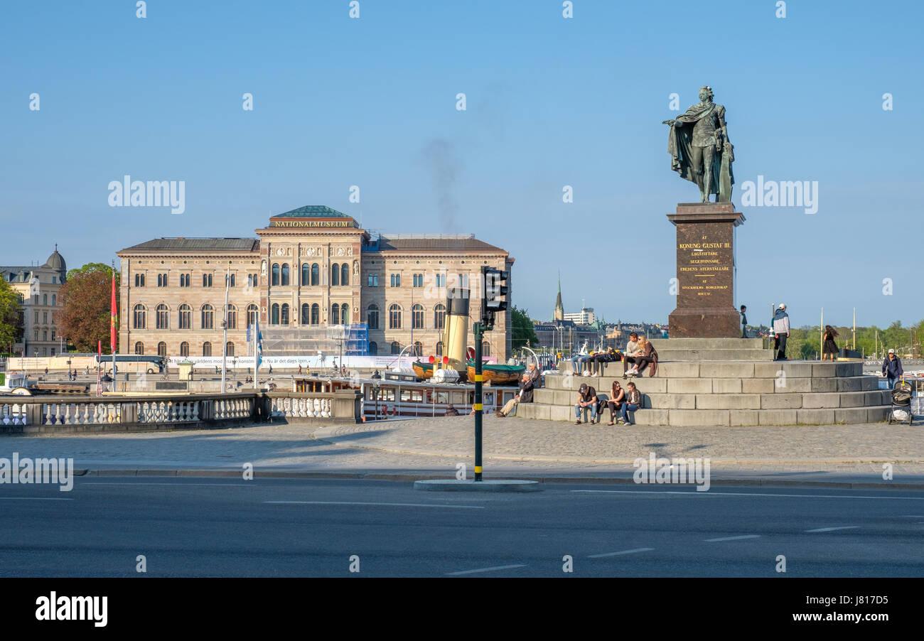 Vue de Slottsbacken à Stockholm vers la statue du roi Gustave III et le Musée national des beaux-arts Photo Stock