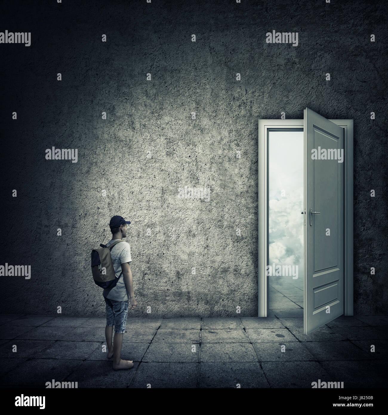Idée abstraite avec une personne debout dans une pièce sombre, devant une porte ouverte. Échapper Photo Stock