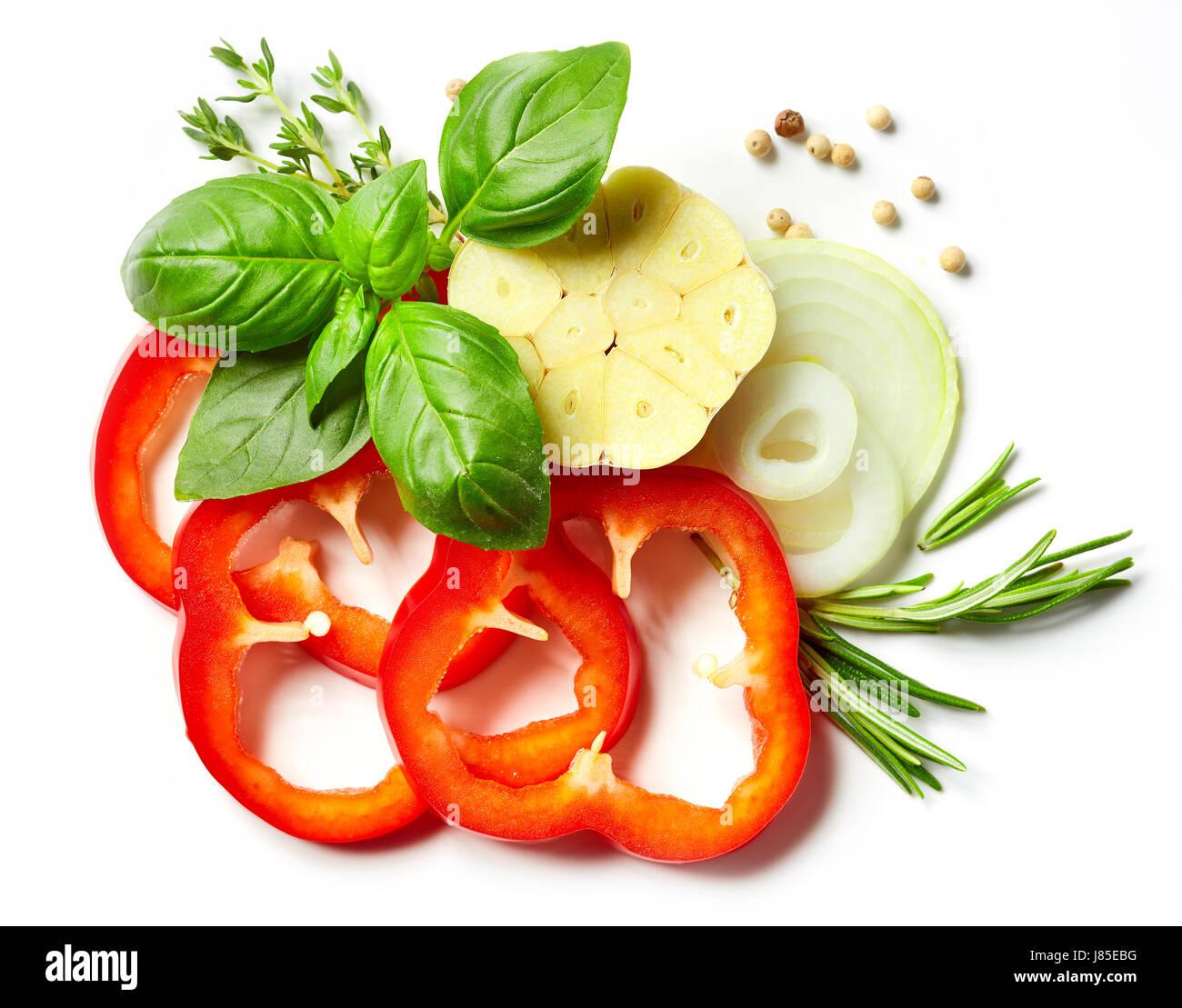 Composition de légumes, herbes et épices isolé sur fond blanc, vue du dessus Photo Stock