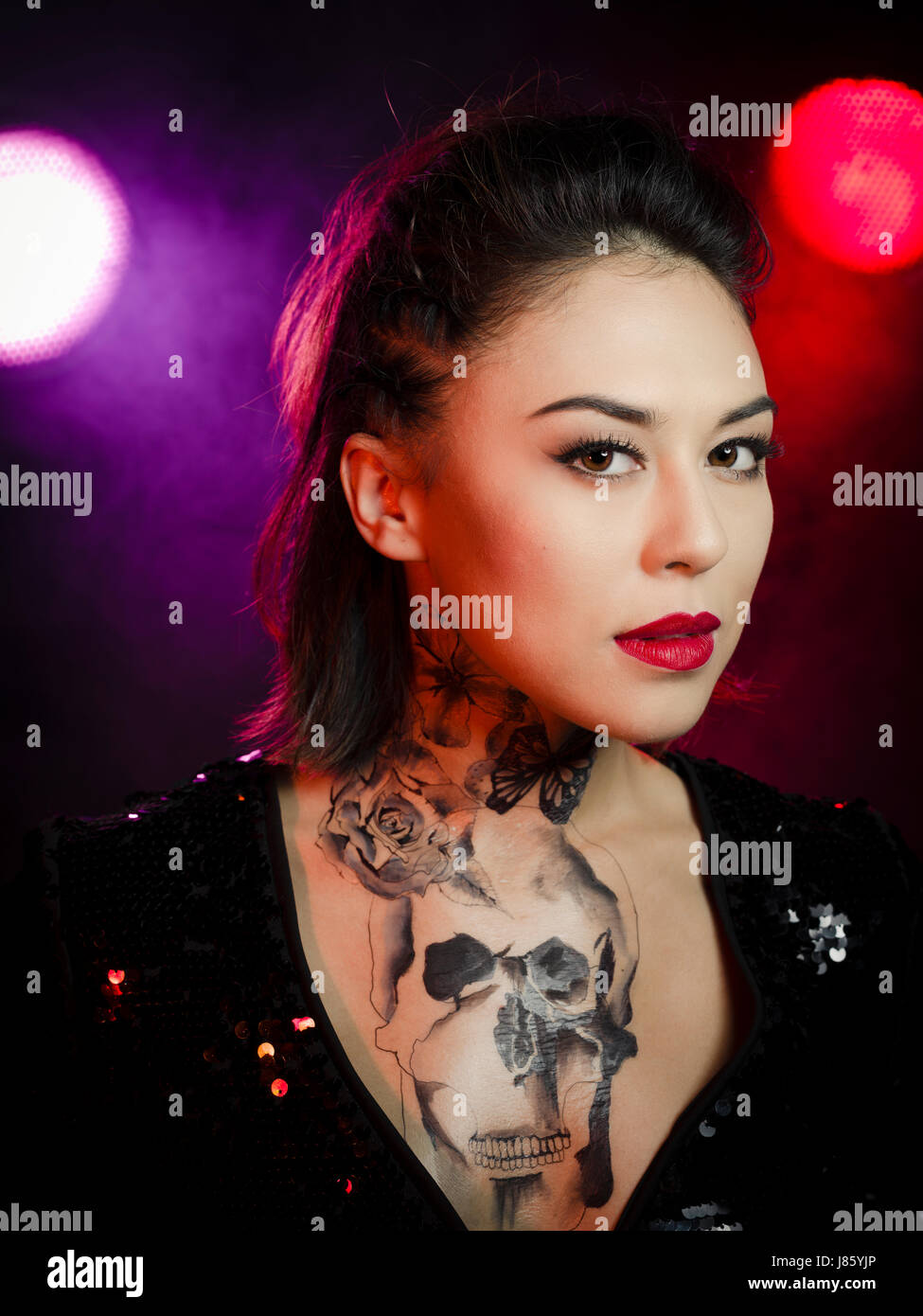 Femme Avec La Poitrine Et Le Cou Tatouage Temporaire Banque D Images