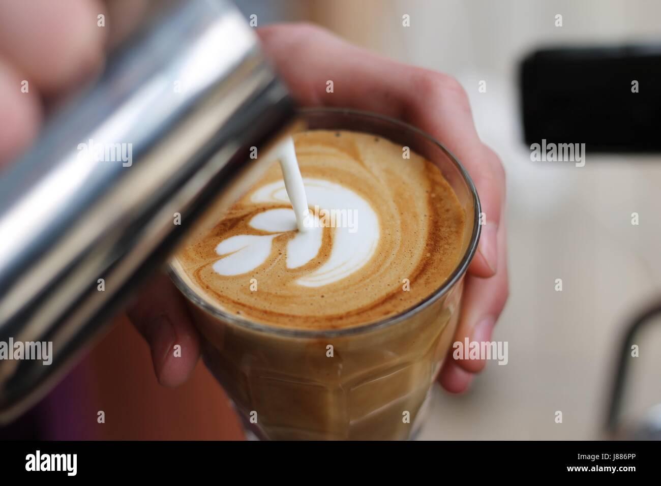 Latte art par barista suédois Banque D'Images