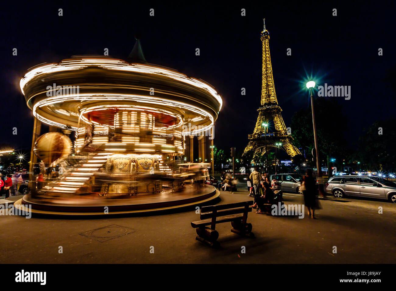 PARIS - le 29 juin: Carrousel vintage et de la Tour Eiffel le 29 juin 2013 à Paris, France. La Tour Eiffel est le plus haut et le monument le plus visité en France Banque D'Images