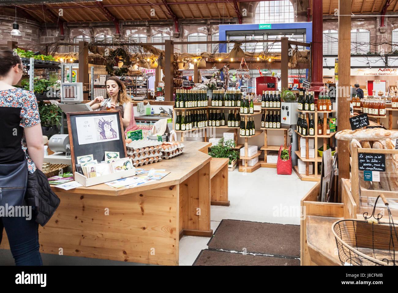 Cusotmer et sales assistant à un blocage de l'alimentation et du vin dans les halles couvertes (marché Photo Stock