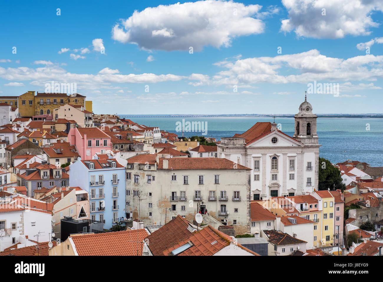 Vue aérienne de la ville de Lisbonne et le Tage avec les toits rouges et les repères Photo Stock