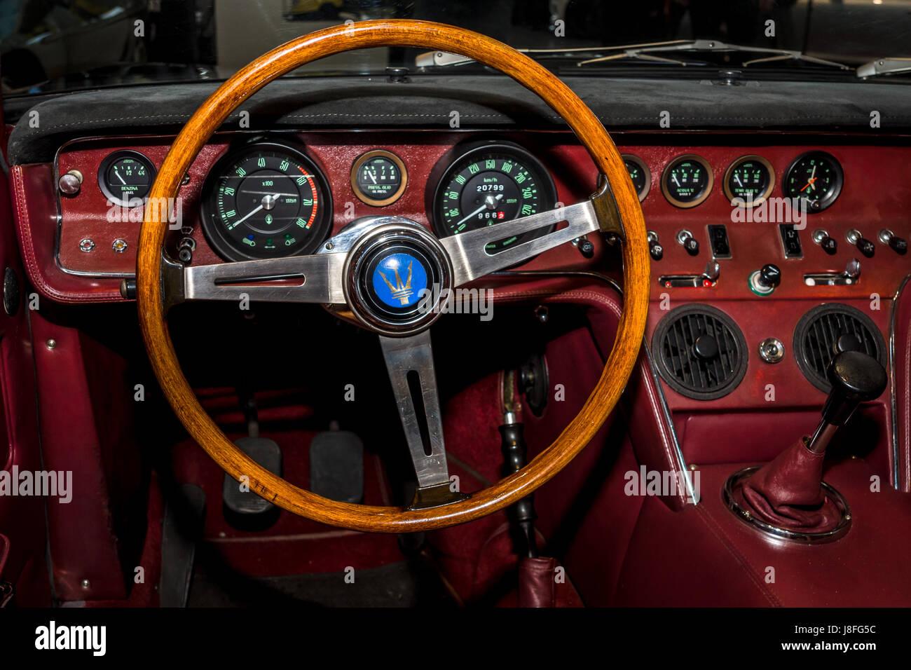 lintrieur de la voiture de sport maserati ghibli am115 par campana 1968 plus grand deurope exposition de voitures classiques retro classiques