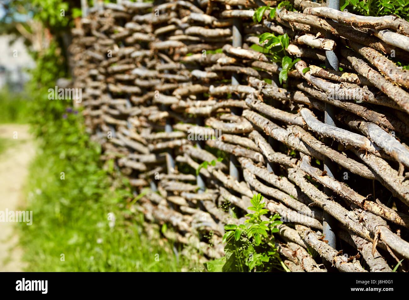 Clôture rustique en osier dans le jardin Banque D\'Images ...