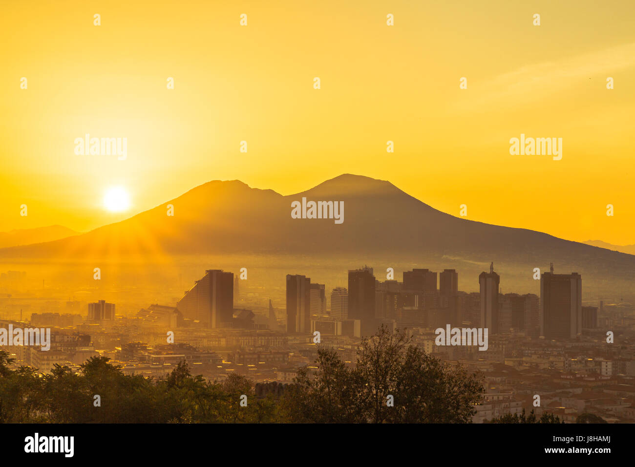 Le soleil se lève sur le Vésuve à Naples, Italie Photo Stock