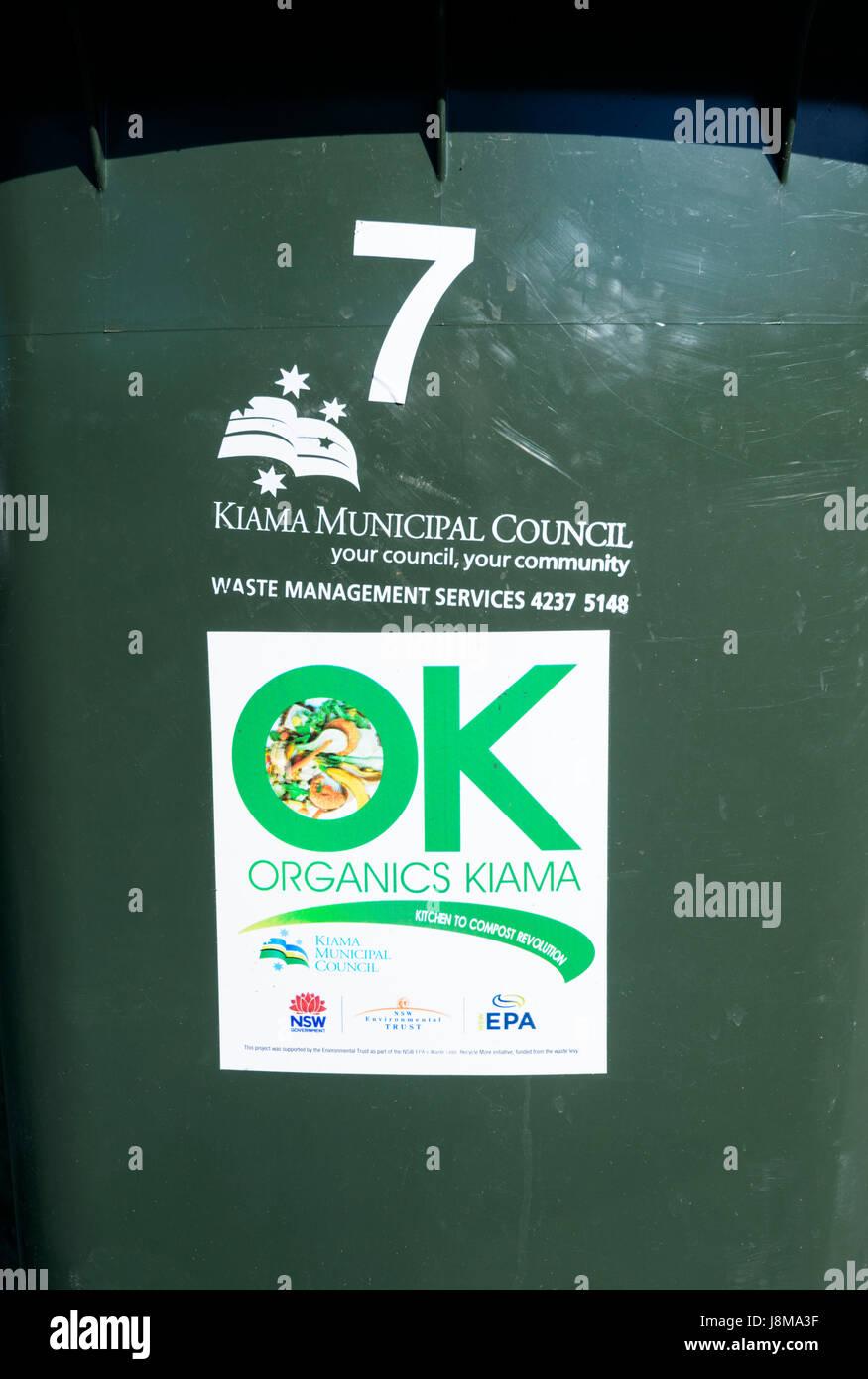 Signe de recyclage sur un bac pour le compost des éléments organiques, Kiama, New South Wales, NSW, Australie Photo Stock