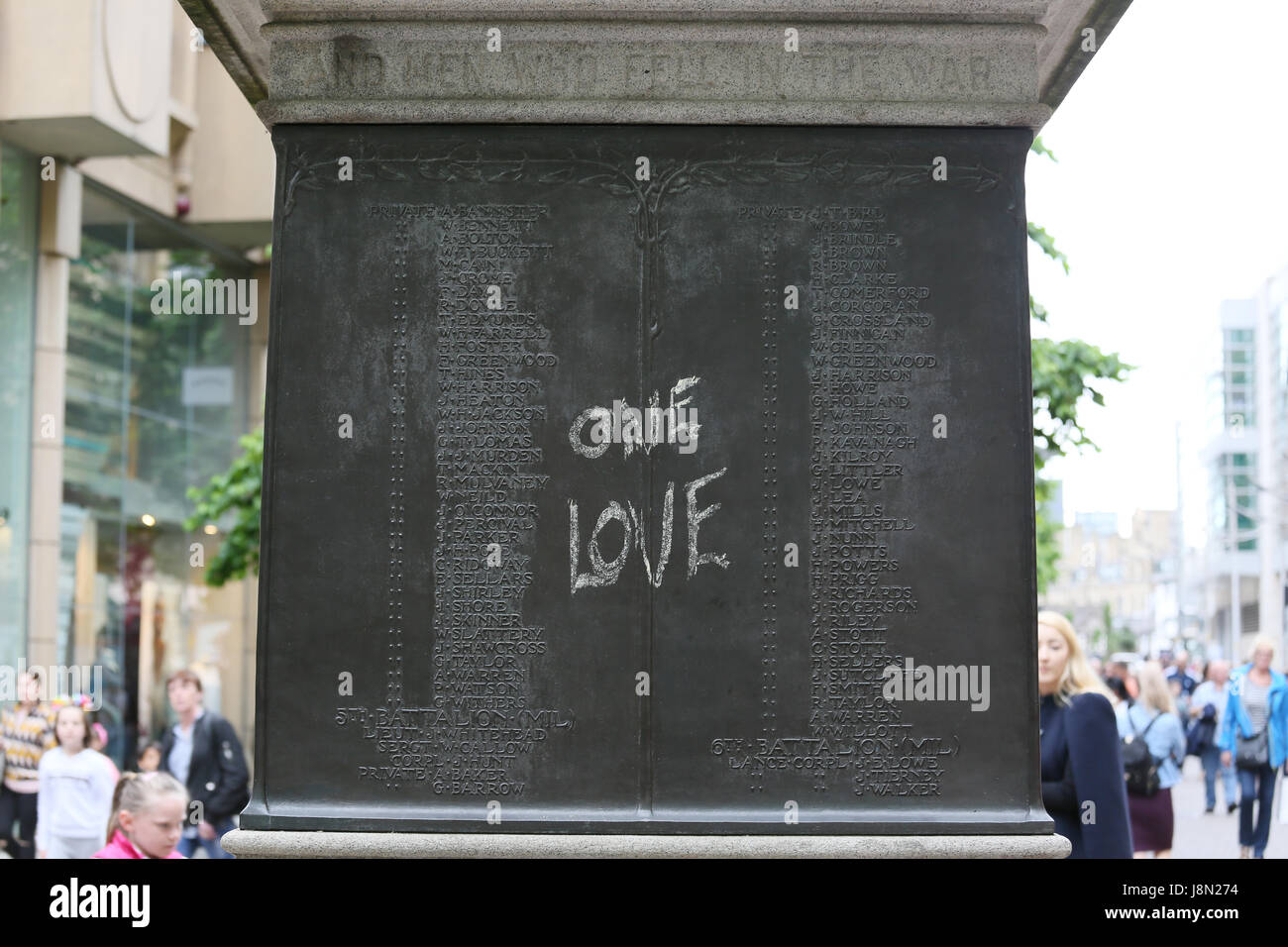Manchester, UK. 29 mai, 2017. Un message enregistré qui dit 'One Love' sur le monument aux morts de Photo Stock