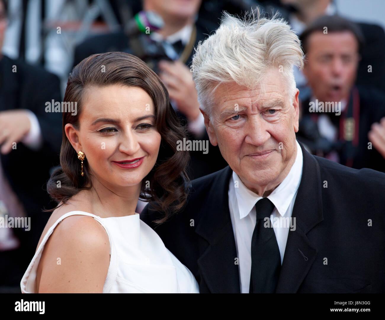 Cannes, France. 28 mai, 2017. Emily Stofle et directeur David Lynch arrivant à la cérémonie de clôture Photo Stock