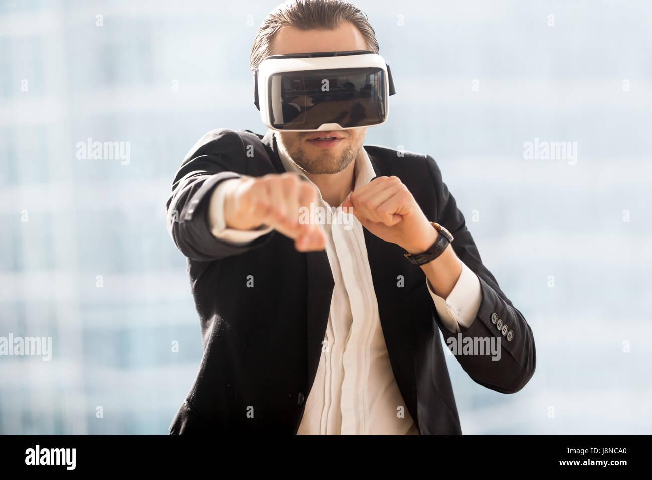 La boxe de l'homme avec des lunettes de réalité virtuelle sur la tête Photo Stock
