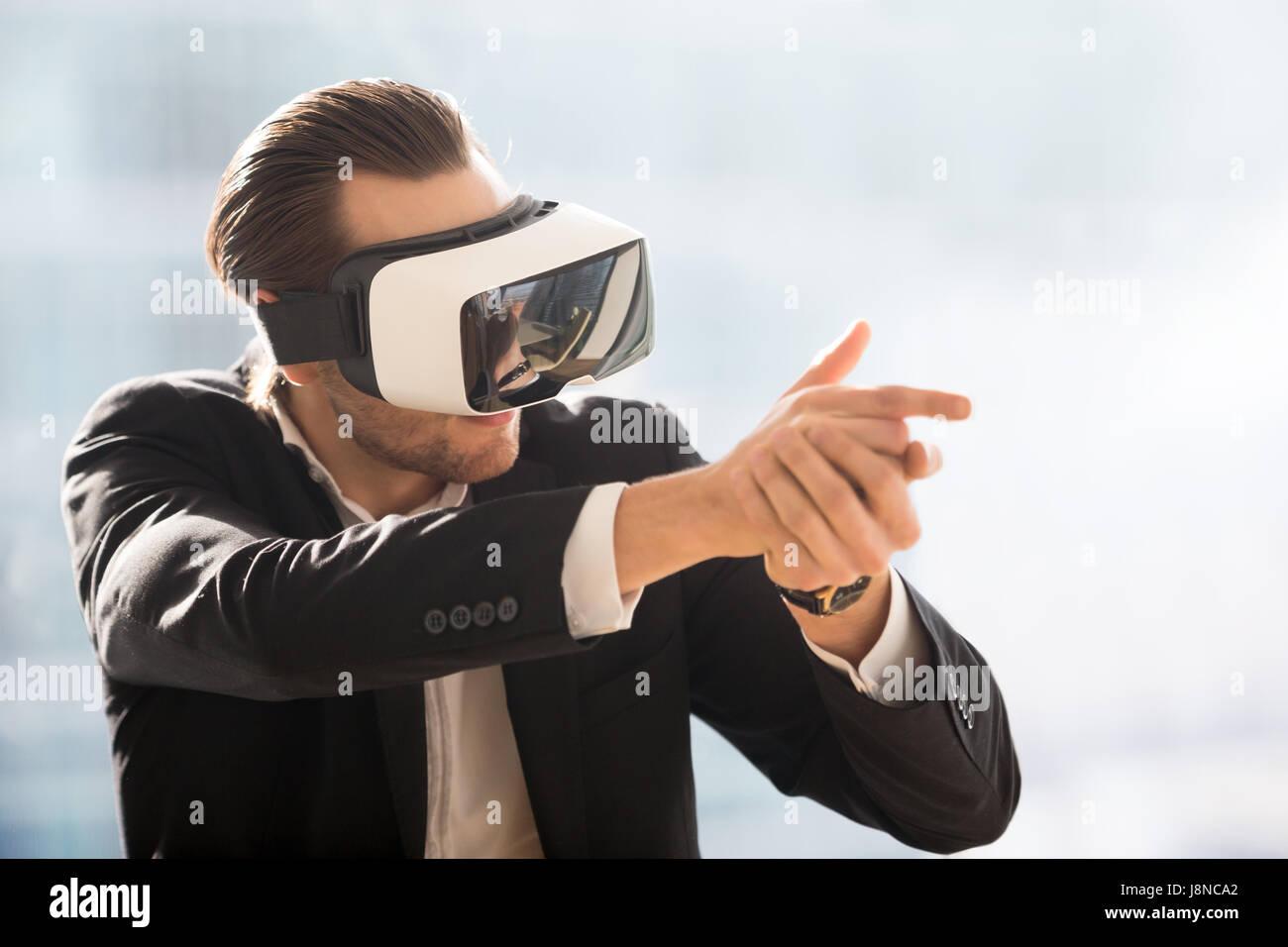 Jeu de tir en homme jouant avec casque VR Photo Stock