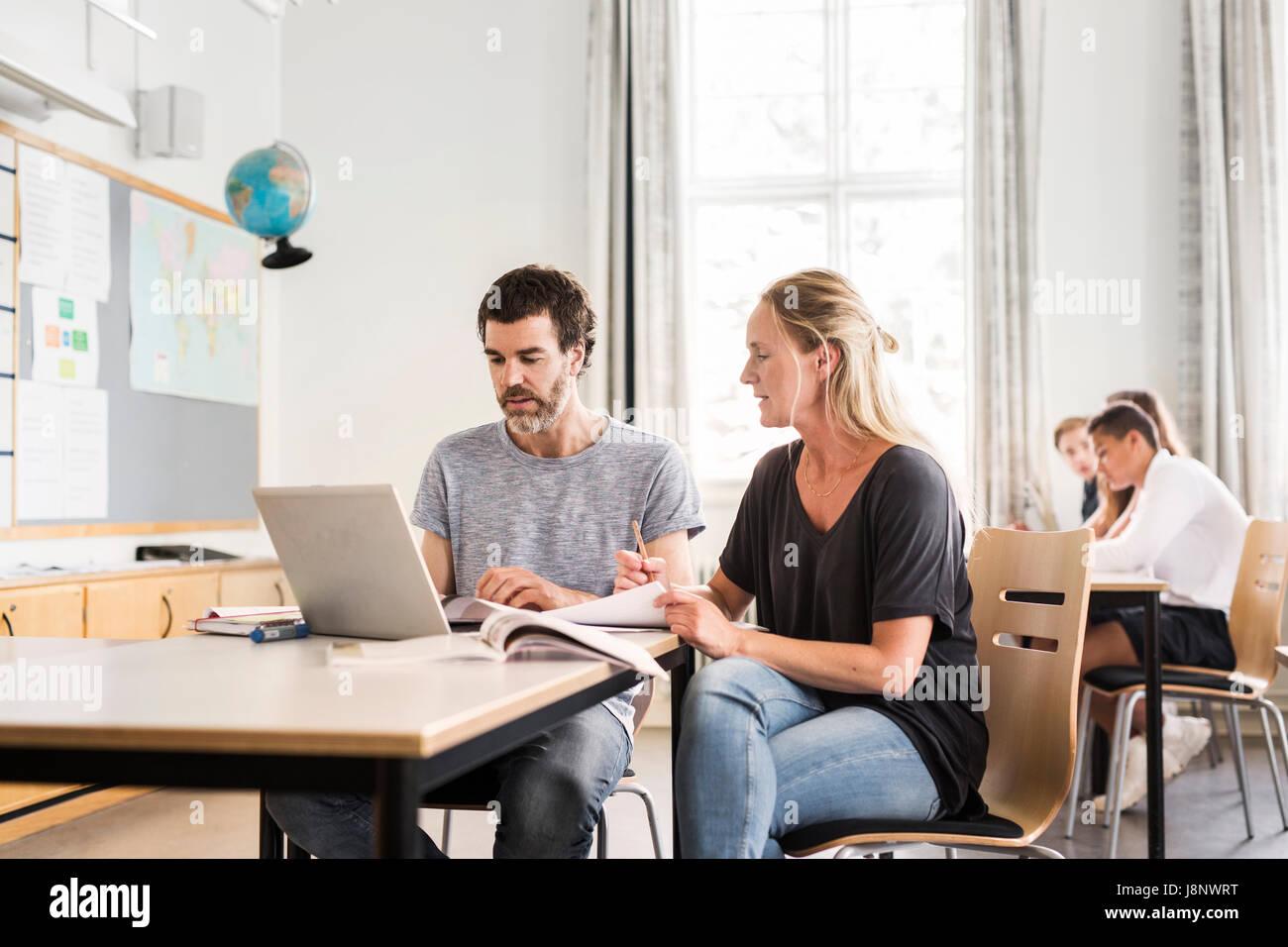 Les enseignants et les étudiants (14-15) in classroom Banque D'Images