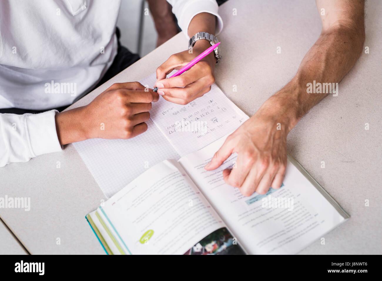 Le professeur et l'étudiant (14-15) in classroom Banque D'Images