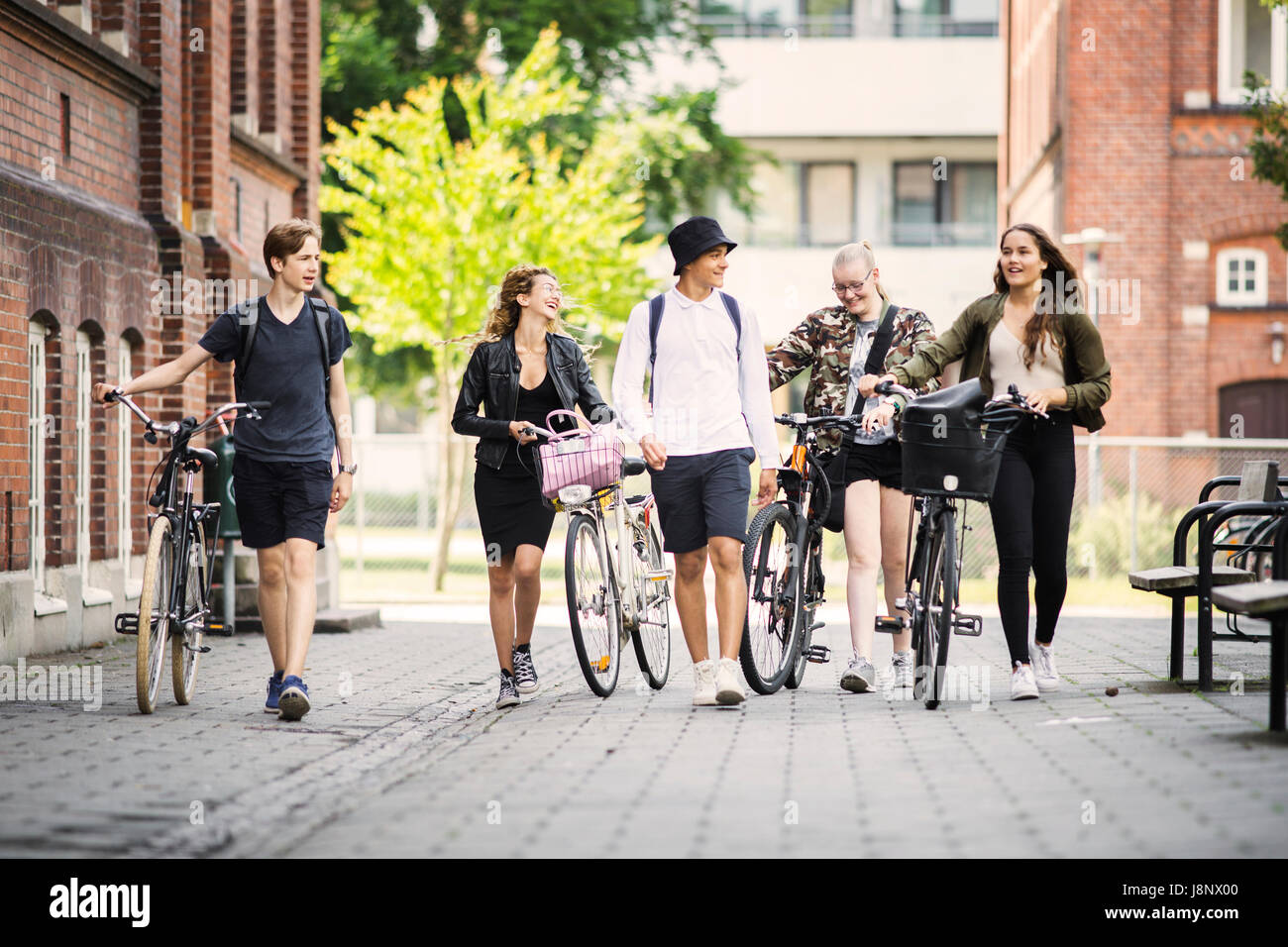 Étudiants (14-15) walking Banque D'Images