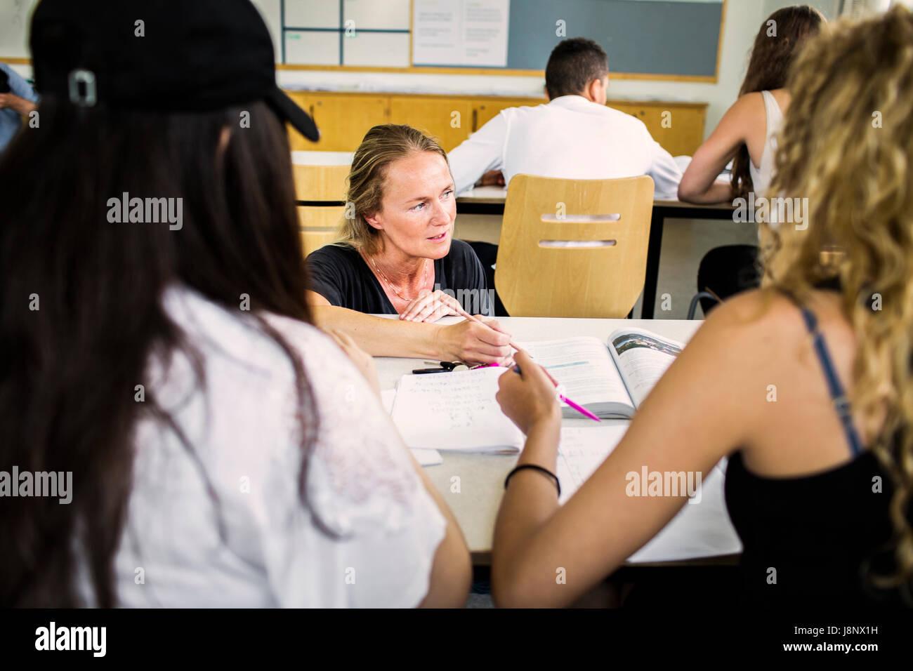 L'enseignant et les étudiants (14-15) in classroom Banque D'Images