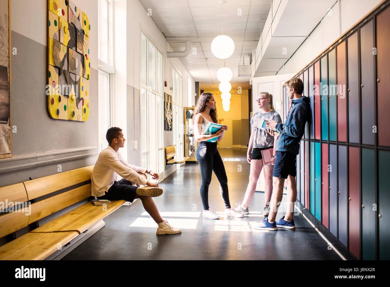 Étudiants (14-15) in corridor Banque D'Images