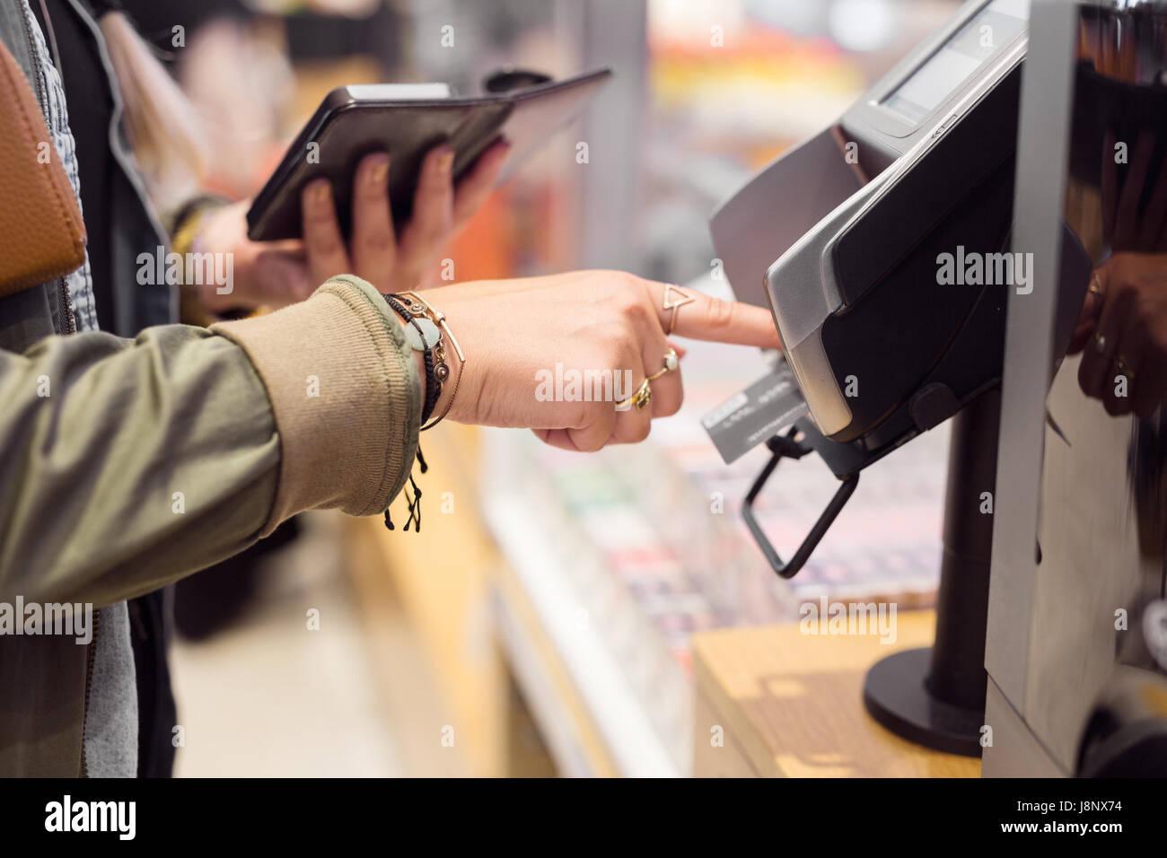 Femme de payer par carte bancaire Banque D'Images