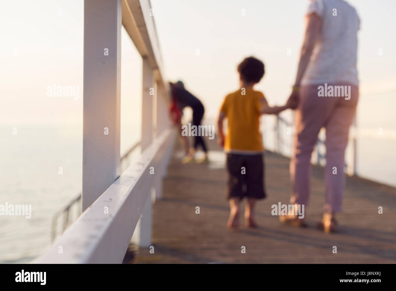 Mère et fils (4-5) walking on pier, holding hands Banque D'Images