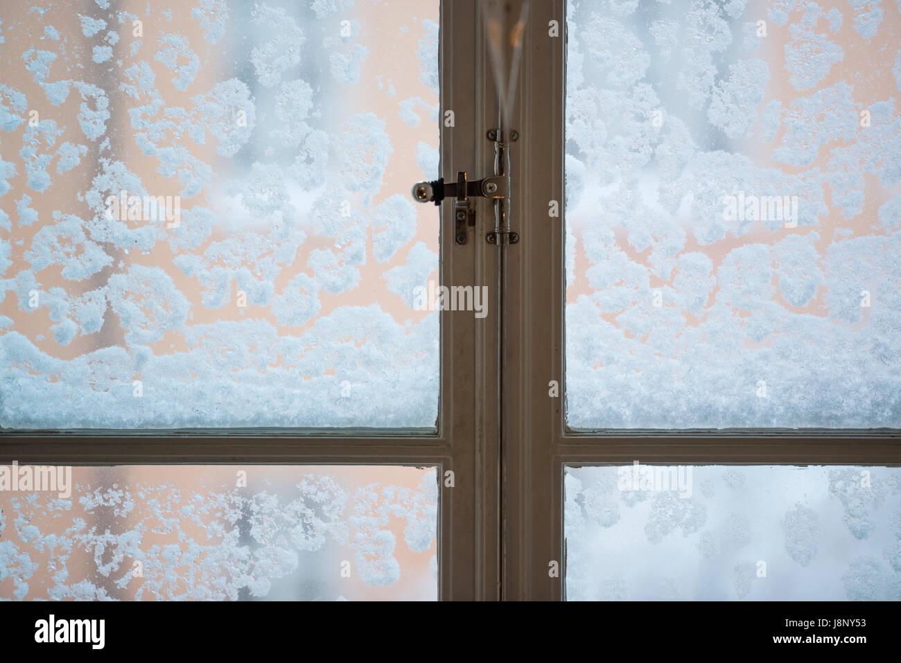 Bulletins d'enneigement sur fenêtre Banque D'Images