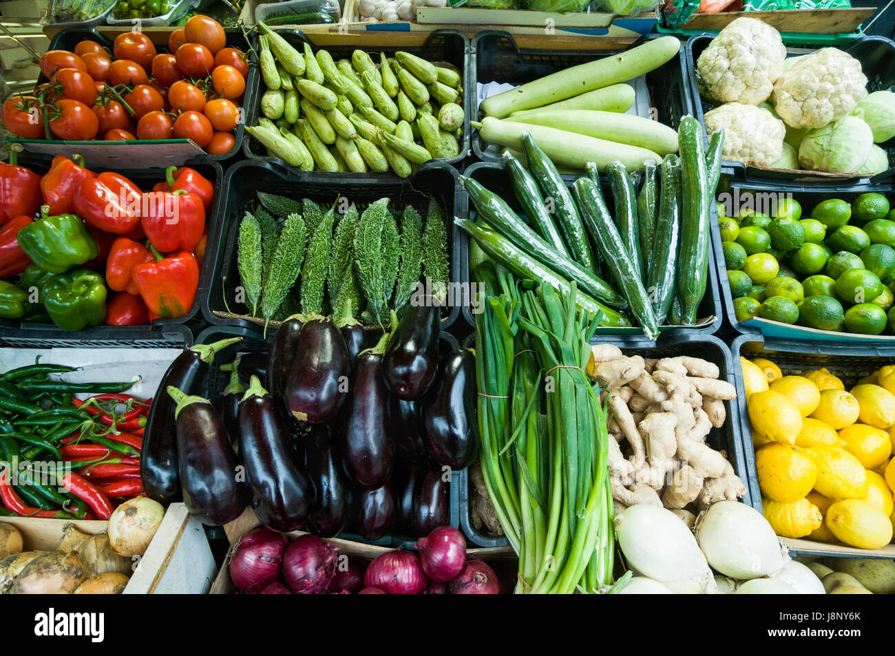 Les légumes et fruits dans les boîtes en plastique Banque D'Images