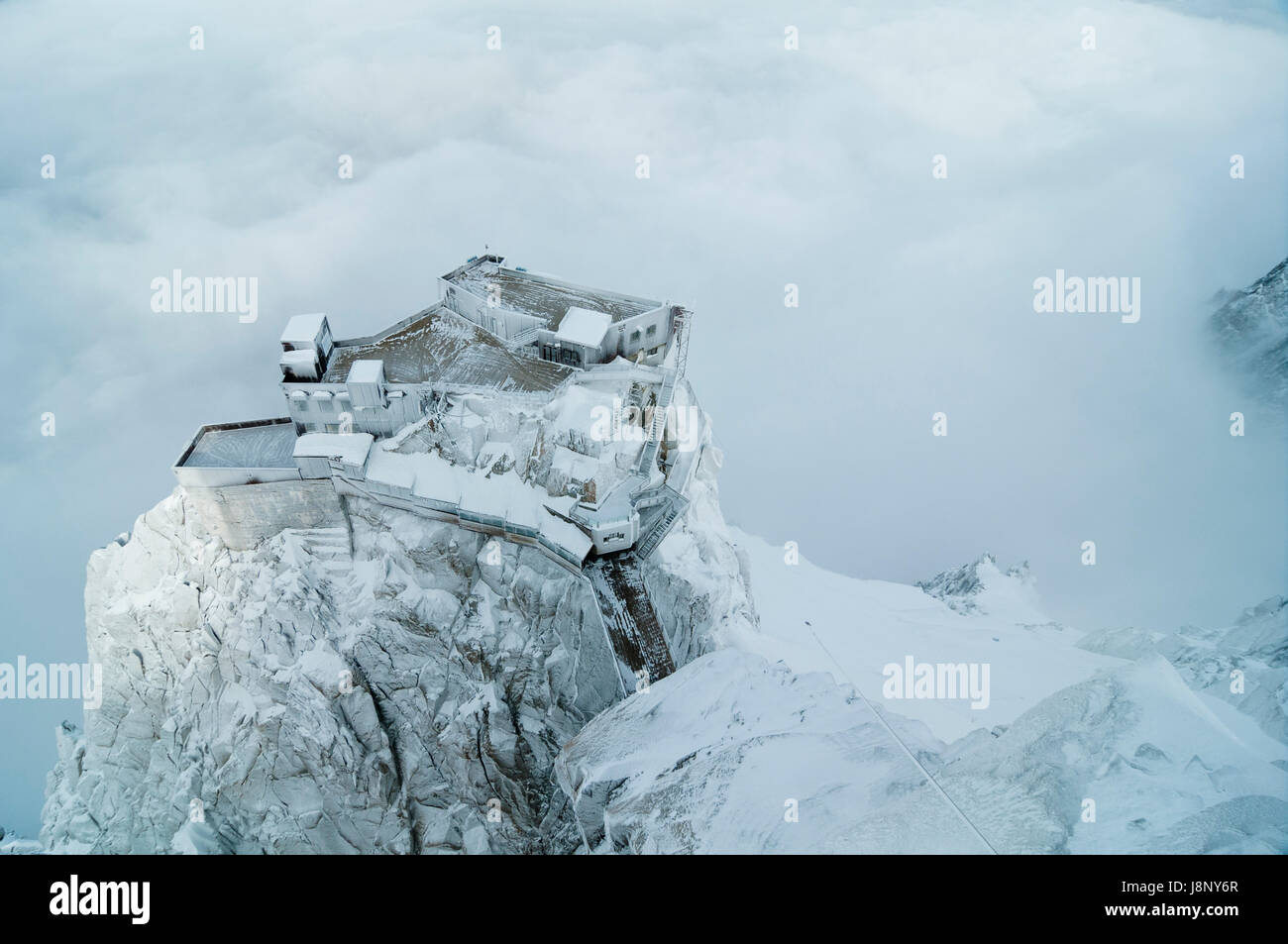 Bâtiment couvert de neige sur falaise Banque D'Images