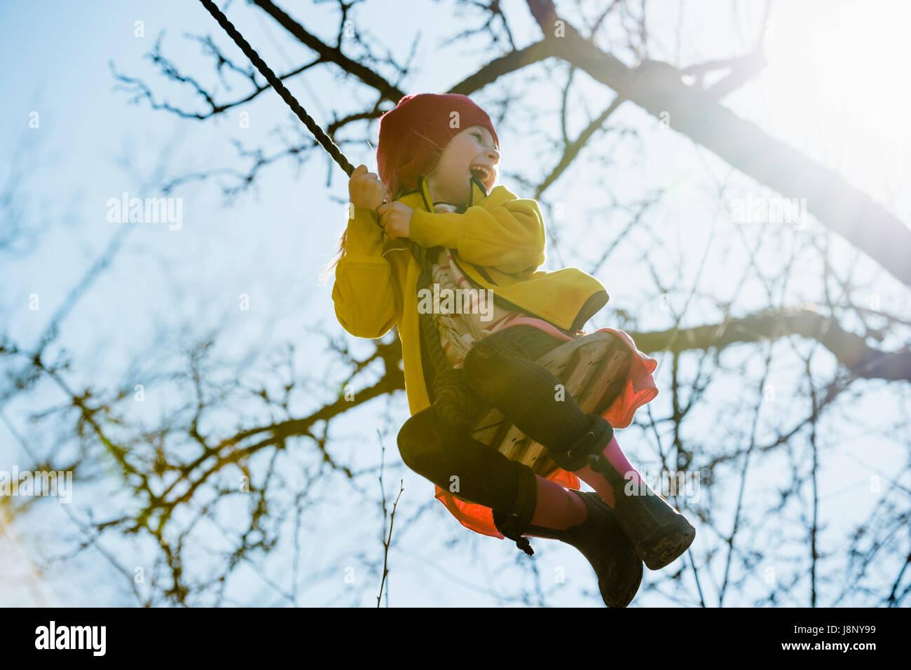Girl (4-5) se balançant sur corde Banque D'Images
