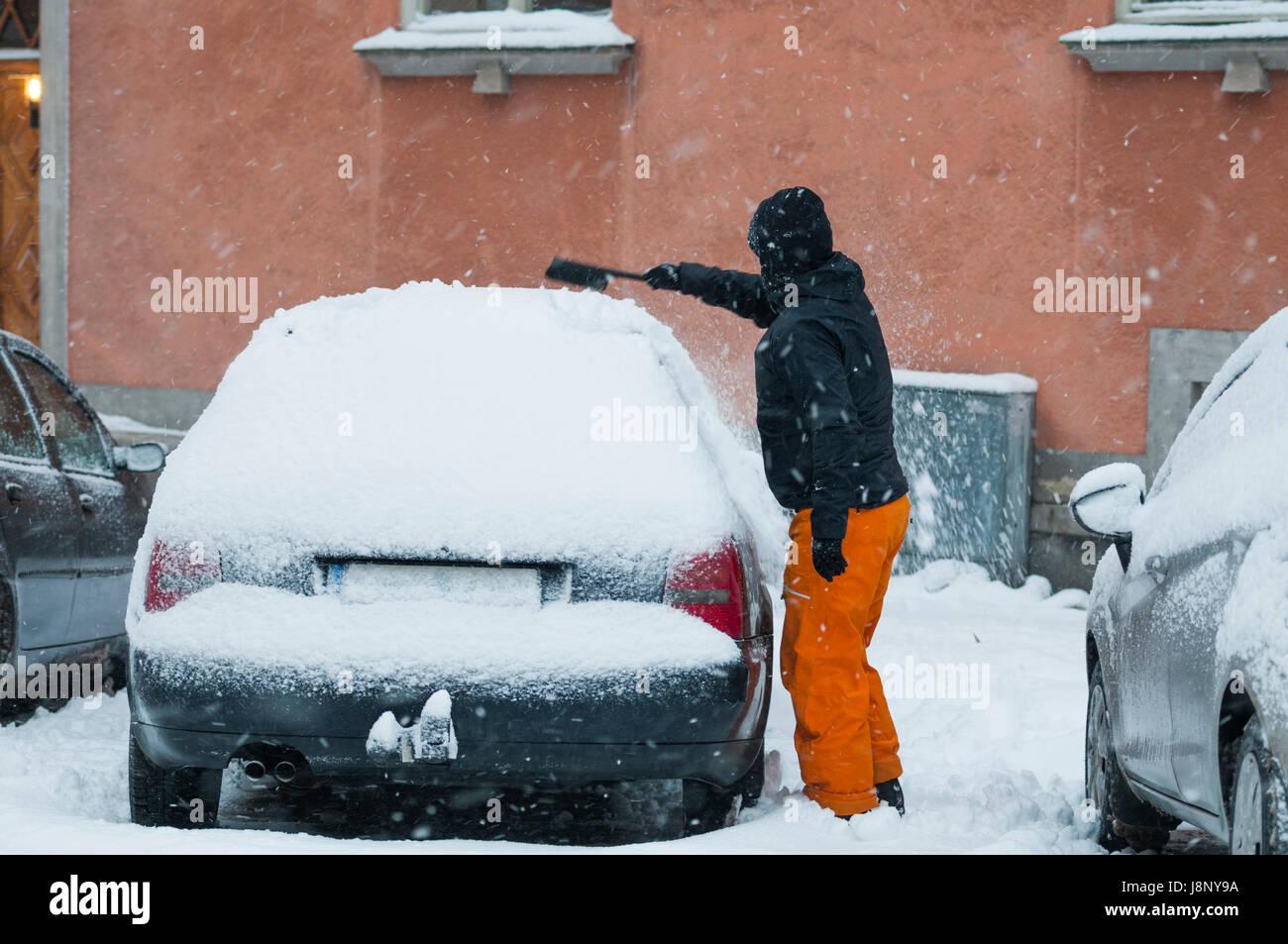 L'homme l'enlèvement de la neige à partir de la location Banque D'Images