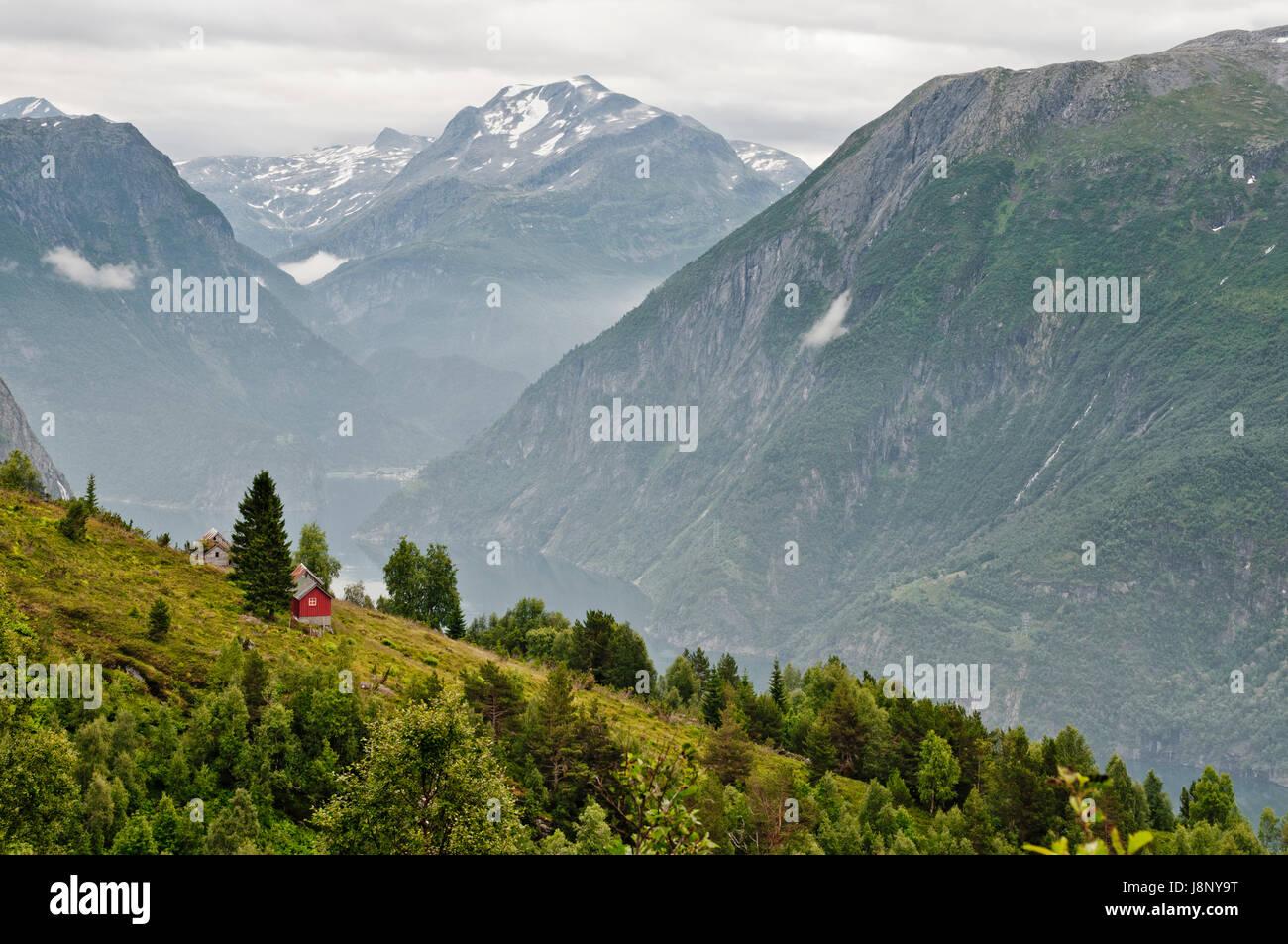Avec de petites montagnes, red cottage Banque D'Images