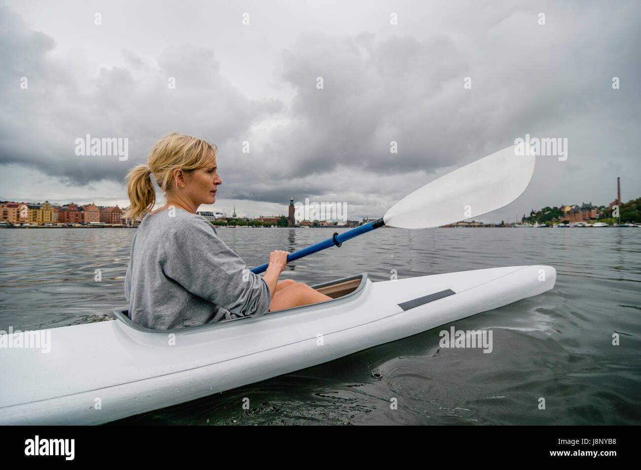 Femme du kayak sur la rivière Banque D'Images