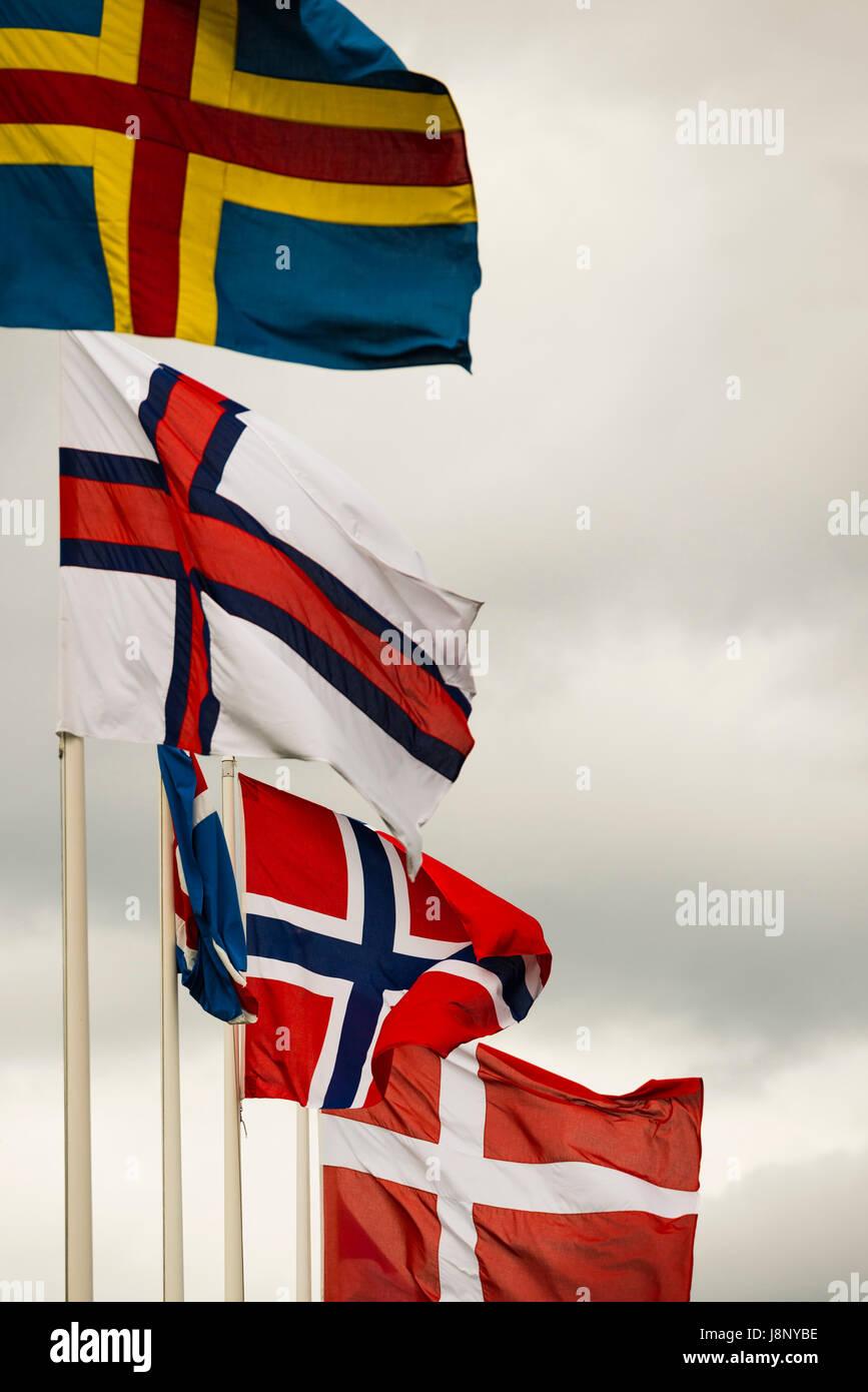 Les drapeaux sur jour de vent Banque D'Images