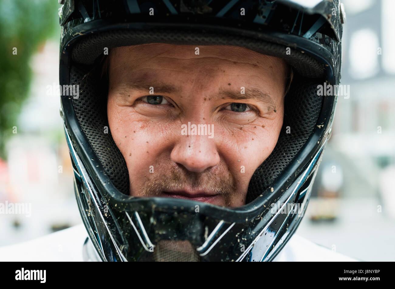 L'homme à casque de sécurité looking at camera Banque D'Images