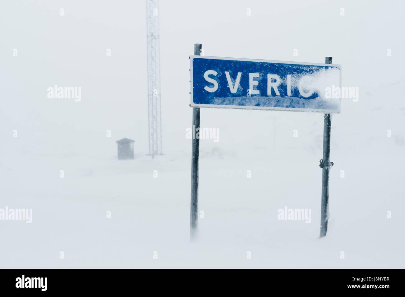 Signe de route couverte de neige Banque D'Images