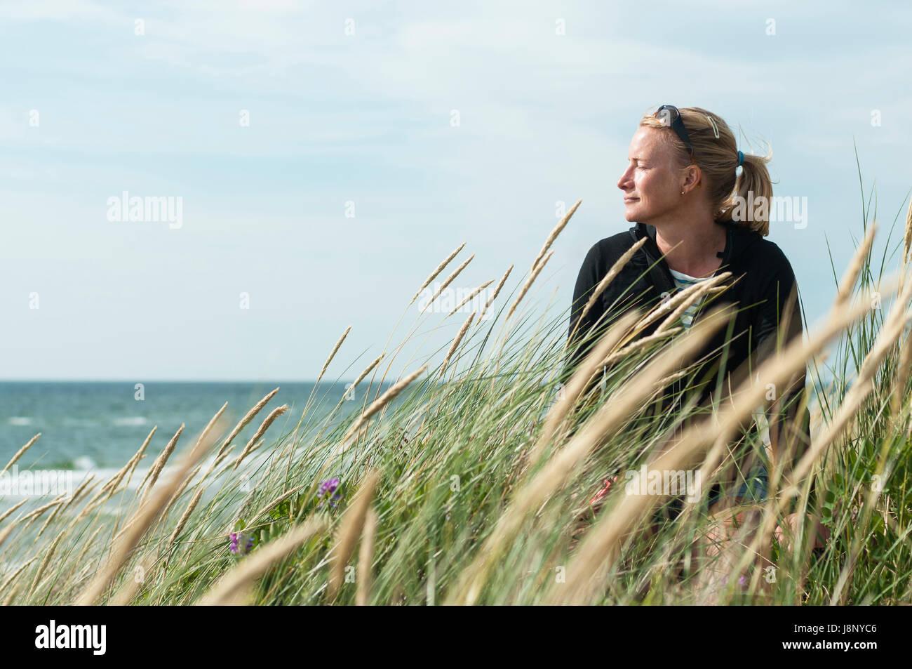 Woman looking at sea Banque D'Images