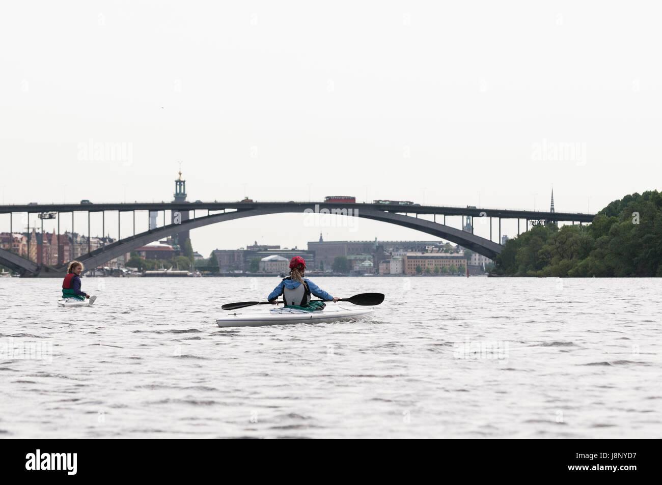 Les femmes du kayak sur la rivière Banque D'Images