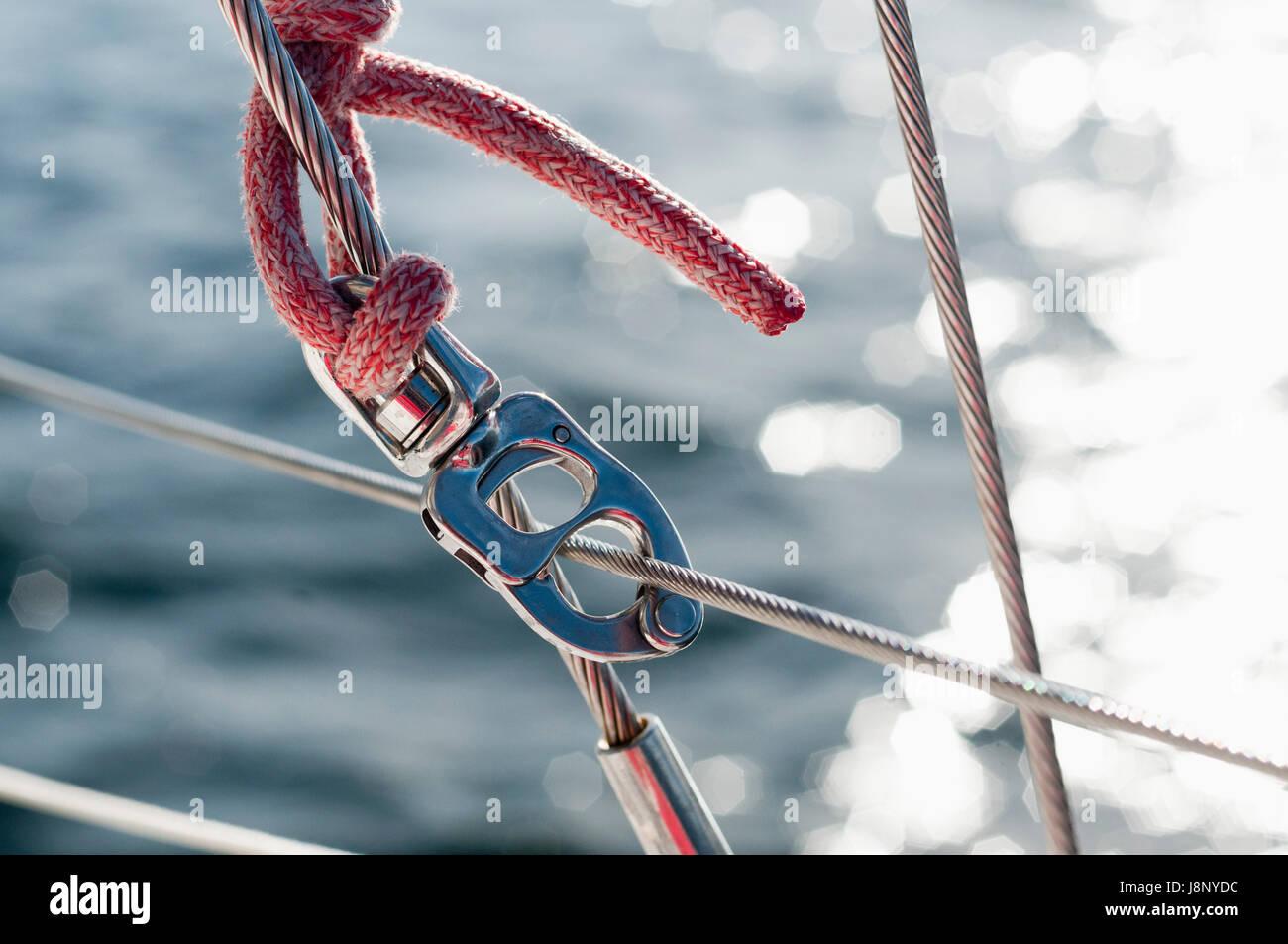 Corde et un mousqueton sur le bateau Banque D'Images